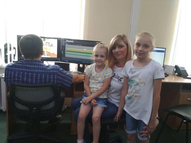 Ранкова ведуча Анна Прилучна з доньками Сашею та Машею