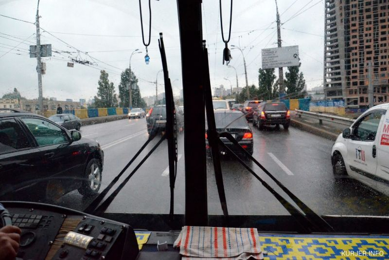 Краєвид із вікна водія київського тролейбуса